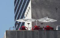 Sonnenschirm-Doppelschirm-Amalfi-Duo-1-von-Caravita-in-weiss-auf-Dachterrasse
