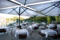 Riesiger-Sonnenschirm-Gastroschirm-Big-Ben-von-Caravita-grau-auf-Terrasse_in-Salzburg-00