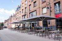 Riesiger-Sonnenschirm-Gastroschirm-Big-Ben-von-Caravita-in-grau-mit-Licht-am-Tag-in-Lille-Frankreich-00