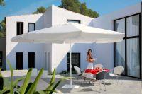 Sonnenschirm-Primus-Riviera-von-Caravita-in-weiss-mit-fliessendem-Volant-und-Windhaube-auf-Terrasse-00