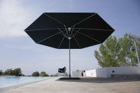 Sonnenschirm-Kurbelschirm-Samara-von-Caravita-in-schwarz-auf-Terrasse-am-Pool-00