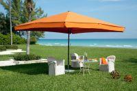 Sonnenschirm-Supremo-von-Caravita-orange-im-Garten-am-Meer-00